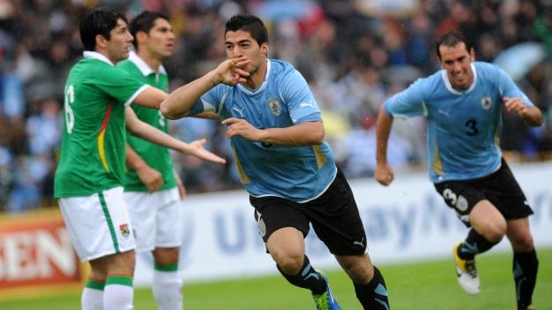 Uruguay sumó sus primeros tres puntos en la tabla.  (AFP)