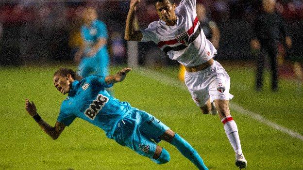'Ney' rompió la cintura a defensor del Sao Paulo. (AFP / YouTube)
