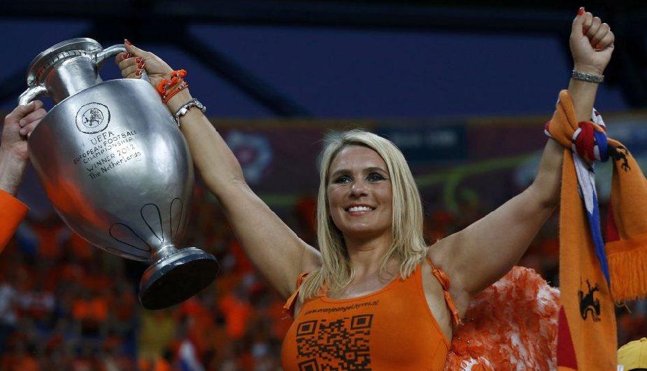 Holanda perdió, pero sus hinchas se llevaron el triunfo de la belleza. (Reuters)