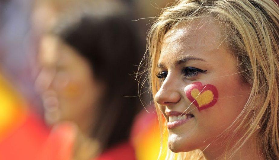 Alemania  es el gran candidato y sus hinchas le dan su apoyo con belleza. (Reuters)