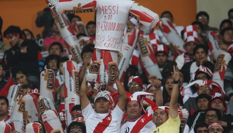 Los hinchas peruanos lo pusieron al centro al pequeño Messi con cánticos y letreros. (Fernando Sangama)