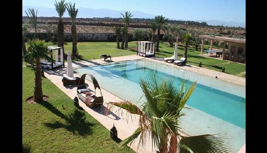 La casa de Messi cuenta con una hermosa piscina y una preciosa vista de la ciudad.  La cocina es muy elegante y cuenta con todo.