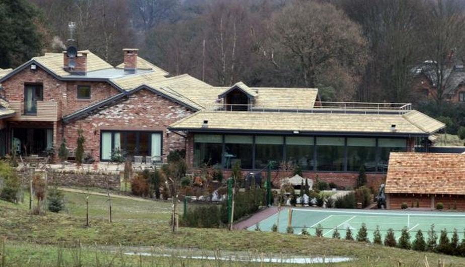 Esta casa es de Tevez y cuenta con jacuzzi, piscina climatizada, un gimnasio, cinco dormitorios y una cancha de tenis.