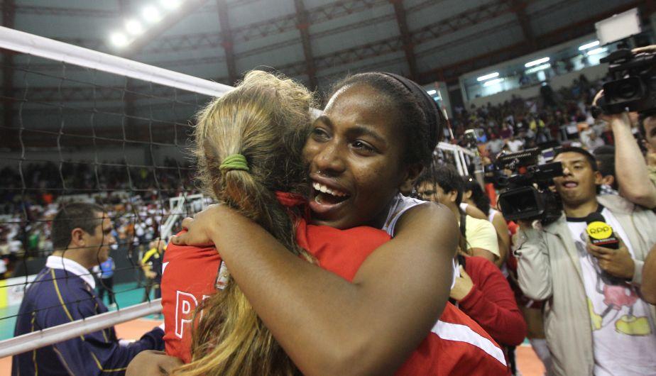 Abrazos de alegría hubo en todo momento después del partido. (Erick Nazario)