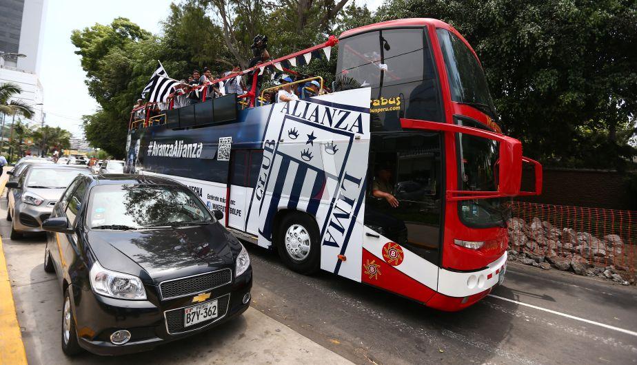 Este es el bus que llevó la camiseta oficial de Alianza Lima a la presentación. (Daniel Apuy)