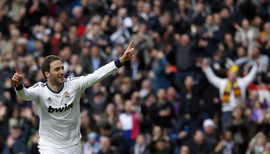 Gonzalo Higuaín marcó uno de los mejores goles del año. Lo hizo con una bolea impresionante.