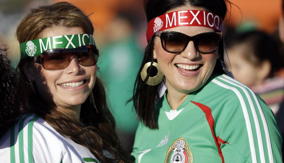 Las hinchas mexicanas no faltaron en el estadio para alentar a la selección charra. (AP)