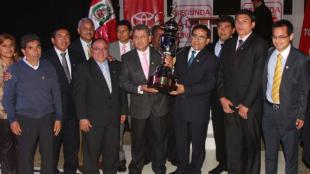 Premio al club Pac&iacute;fico FC como campe&oacute;n 2012. Ricardo G&aacute;lvez presidente de los rosados carga el trofeo. (Fotos: ADFP)