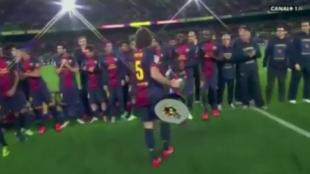Song pensó que Puyol quería que levantase él la copa. (AS)